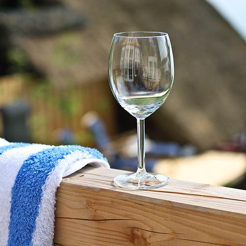 Geländer mit Weinglas und Handtuch